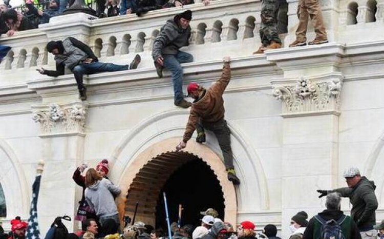 In pictures: Chaos, violence, mockery as pro-Trump mob occupies U.S. Capitol - The Hindu